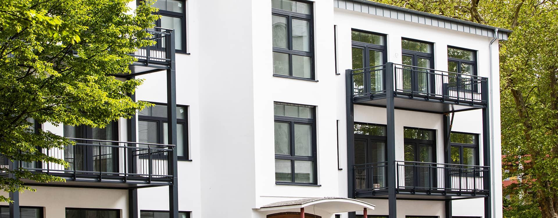 modernes wohngebaeude mit anbau balkonen von ck immobilien